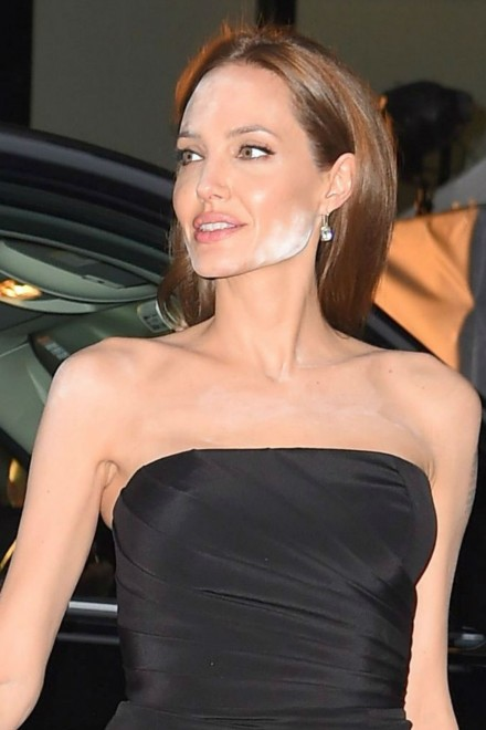 angelina-jolie-makeup-powder
